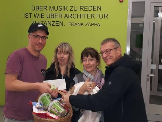 Der Förderverein sammelte beim vorweihnachtlichen Konzert Spenden und übergab einen Teil dieser Spende an das Tierheim Schartau © Landkreis Jerichower Land
