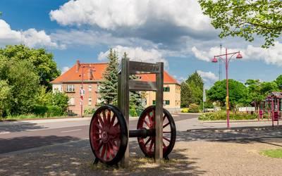 Bahnhofsvorplatz mit Denkmal in Genthin © Christian Greuel