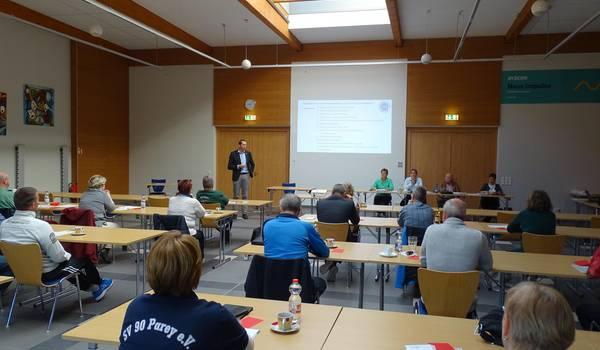Landrat Dr. Steffen Burchhardt während seiner Rede vor den Teilnehmenden der Hauptausschusssitzung des Kreissportbundes in Möckern